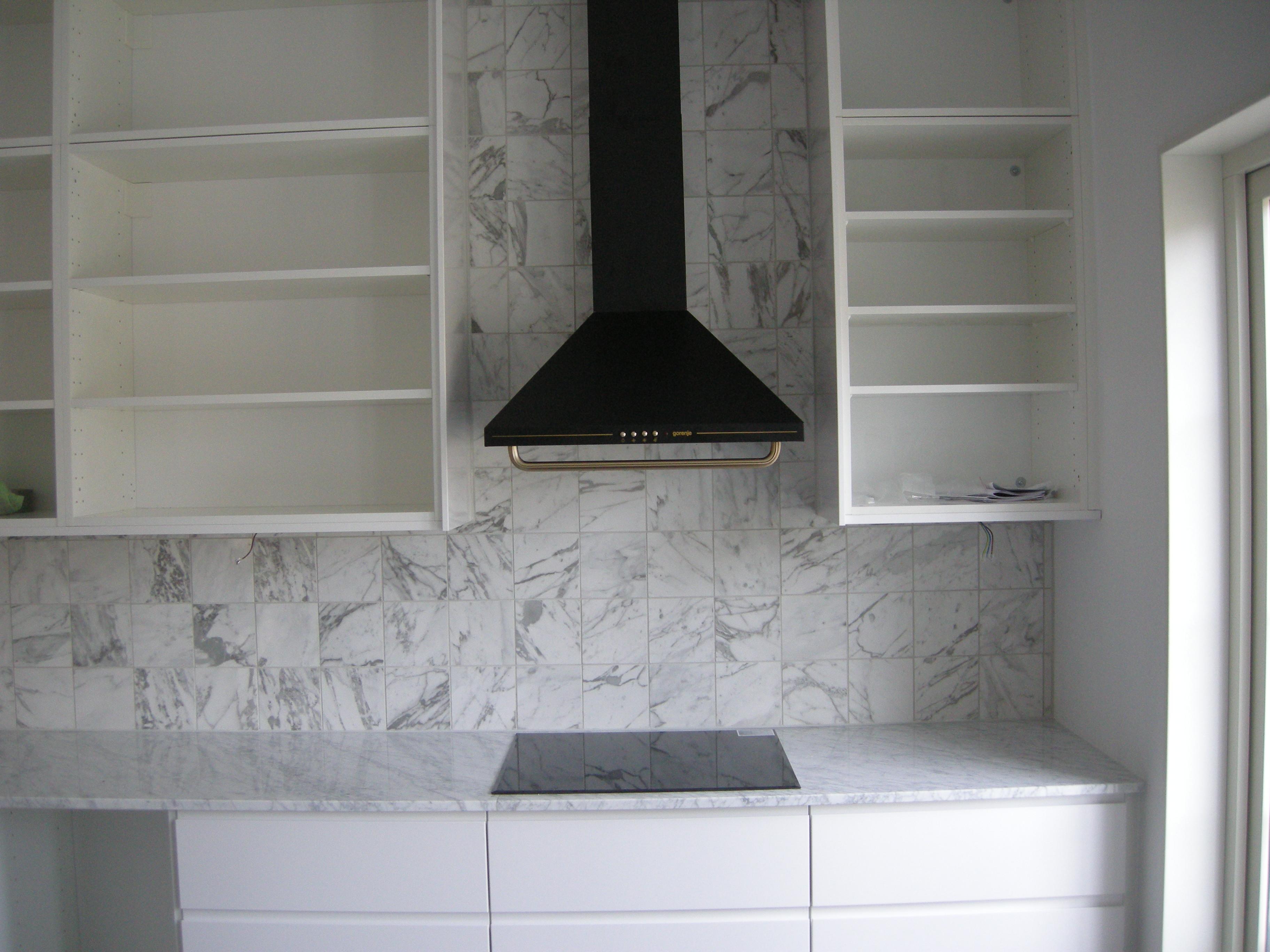 Bild på fläkt och marmorbänk under köksrenovering